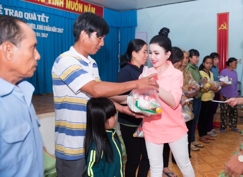 Hoa hậu Janny Thủy Trần về quê tặng quà Tết người nghèo - ảnh 1