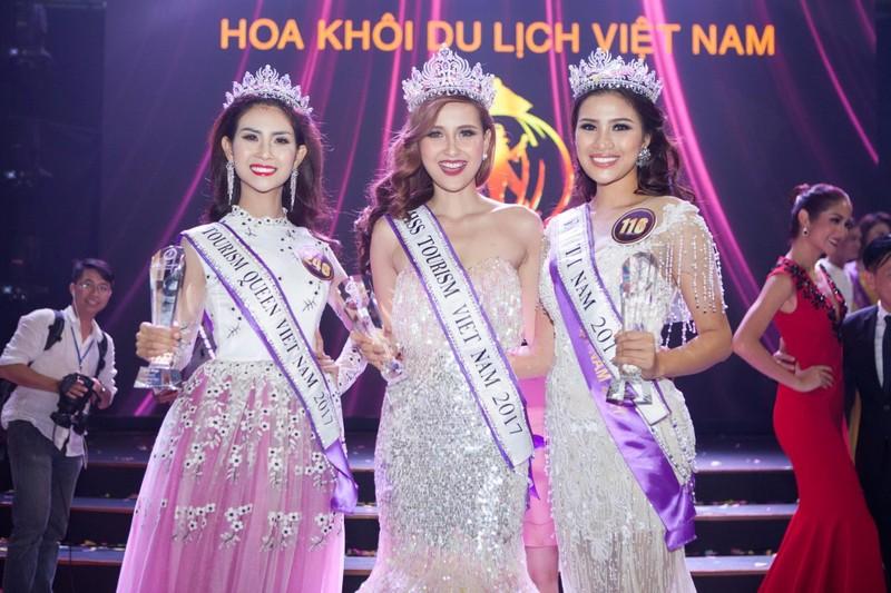 """Nguyễn Thị Thành bìa phải khi đăng quang á khôi 1 """"Hoa khôi du lịch Việt Nam 2017"""""""
