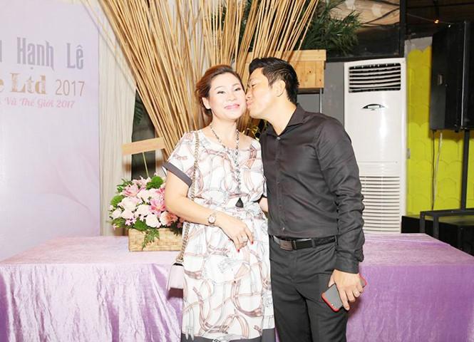 Diễn viên Kinh Quốc cùng vợ đại gia chúc mừng Hạnh Lê - ảnh 1