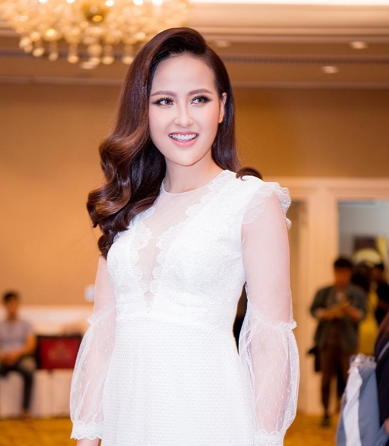 Miss Globe Khánh Ngân về nước, từ thiện bão lũ - ảnh 1