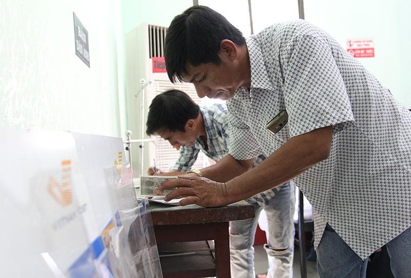 TP.HCM: Người dân bỏ việc đi đổi lại CMND 12 số - ảnh 8