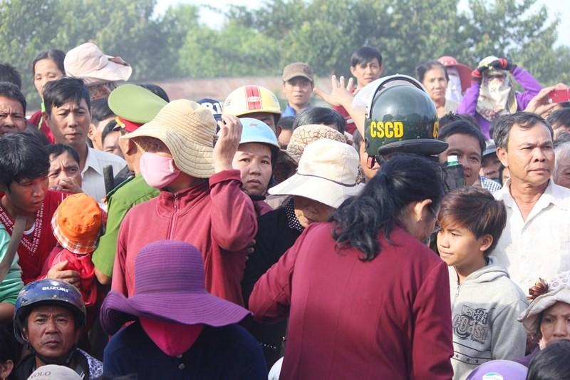 Chùm ảnh: 4.000 người đội nắng theo dõi phiên xử vụ thảm sát Bình Phước - ảnh 3