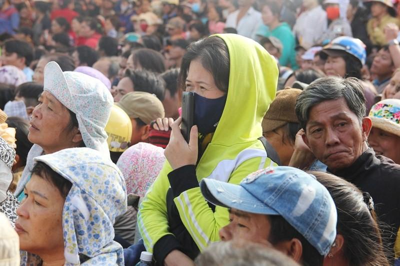 Chùm ảnh: 4.000 người đội nắng theo dõi phiên xử vụ thảm sát Bình Phước - ảnh 5