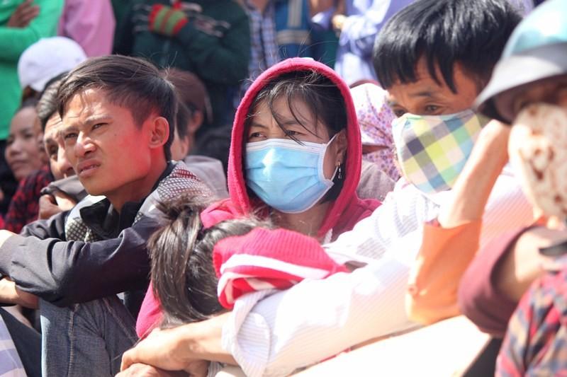 Chùm ảnh: 4.000 người đội nắng theo dõi phiên xử vụ thảm sát Bình Phước - ảnh 4
