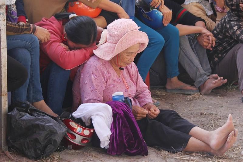 Chùm ảnh: 4.000 người đội nắng theo dõi phiên xử vụ thảm sát Bình Phước - ảnh 11