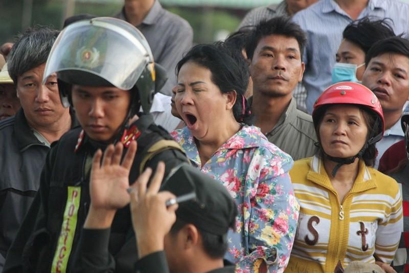 Chùm ảnh: 4.000 người đội nắng theo dõi phiên xử vụ thảm sát Bình Phước - ảnh 14
