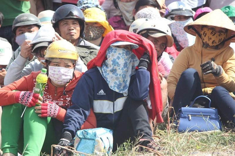 Chùm ảnh: 4.000 người đội nắng theo dõi phiên xử vụ thảm sát Bình Phước - ảnh 10