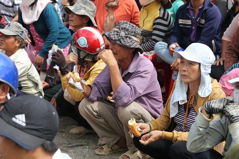 Chùm ảnh: 4.000 người đội nắng theo dõi phiên xử vụ thảm sát Bình Phước - ảnh 15