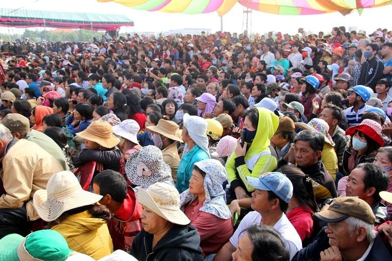 Chùm ảnh: 4.000 người đội nắng theo dõi phiên xử vụ thảm sát Bình Phước - ảnh 1
