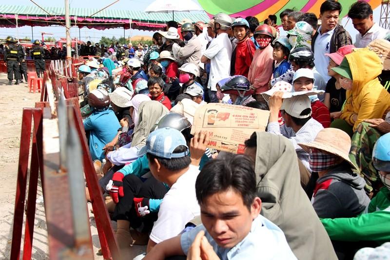 Chùm ảnh: 4.000 người đội nắng theo dõi phiên xử vụ thảm sát Bình Phước - ảnh 2