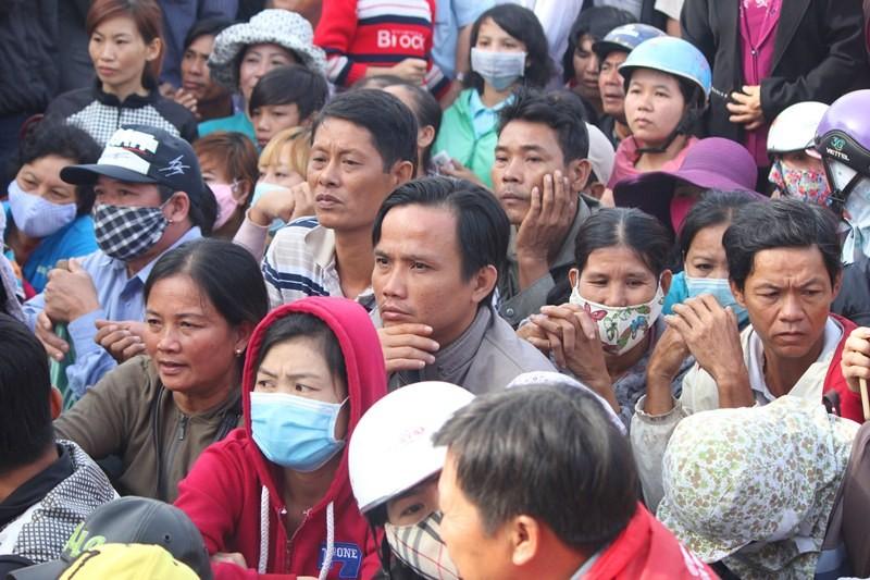 Chùm ảnh: 4.000 người đội nắng theo dõi phiên xử vụ thảm sát Bình Phước - ảnh 6
