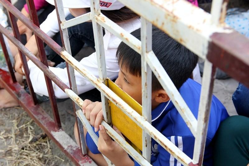 Chùm ảnh: 4.000 người đội nắng theo dõi phiên xử vụ thảm sát Bình Phước - ảnh 13