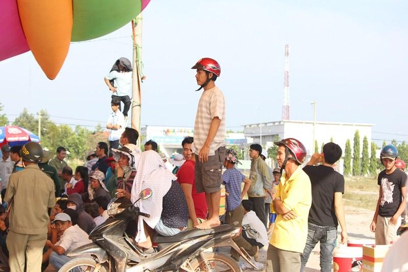 Chùm ảnh: 4.000 người đội nắng theo dõi phiên xử vụ thảm sát Bình Phước - ảnh 12