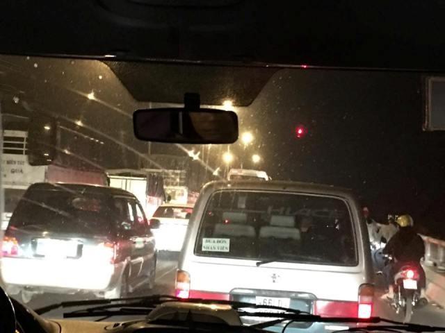 21 giờ mùng 6 Tết, dòng xe vẫn ngồn ngộn trên cầu Mỹ Thuận  - ảnh 1