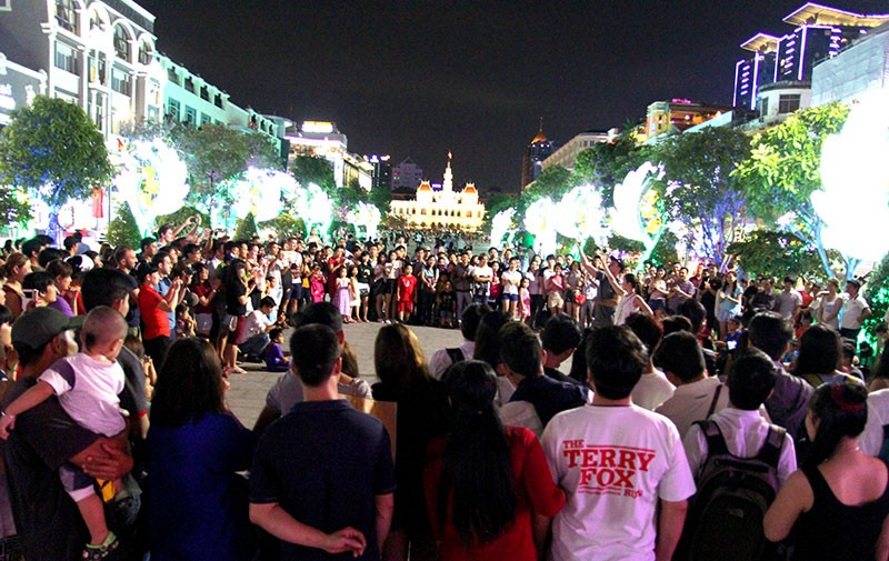 Nhóm nhạc đường phố làm nóng đường Nguyễn Huệ sau tết - ảnh 1
