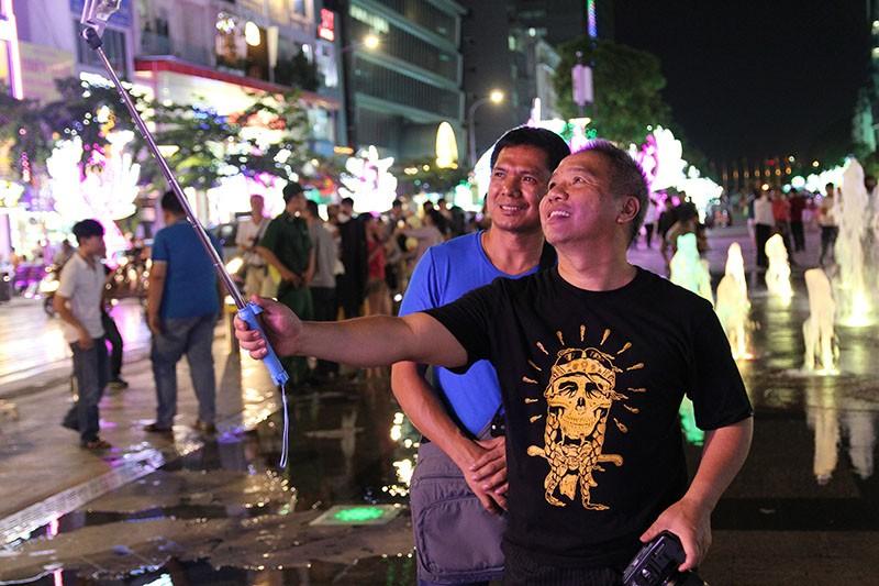 Nhóm nhạc đường phố làm nóng đường Nguyễn Huệ sau tết - ảnh 9