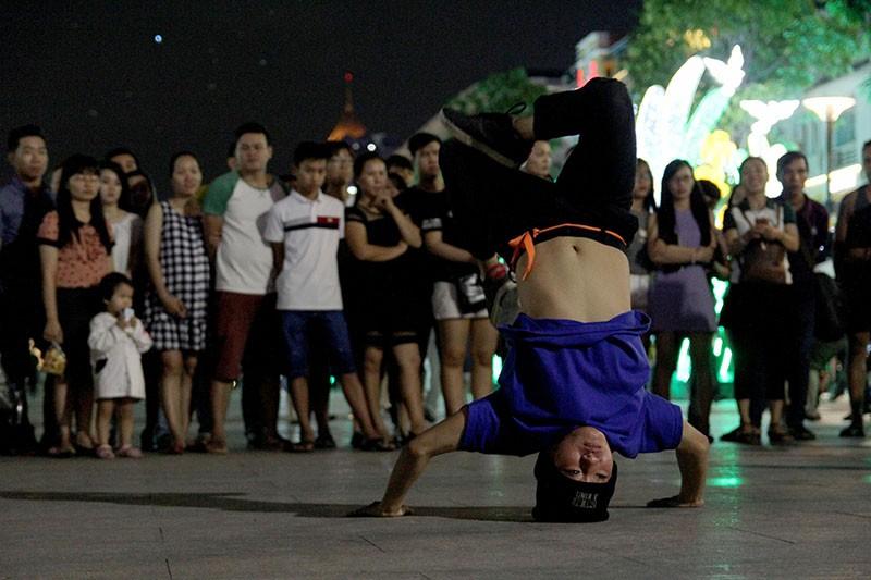 Nhóm nhạc đường phố làm nóng đường Nguyễn Huệ sau tết - ảnh 5