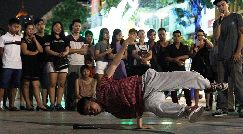 Nhóm nhạc đường phố làm nóng đường Nguyễn Huệ sau tết - ảnh 6