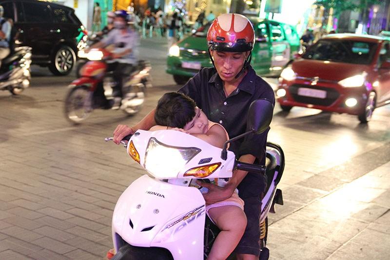 Nhóm nhạc đường phố làm nóng đường Nguyễn Huệ sau tết - ảnh 4