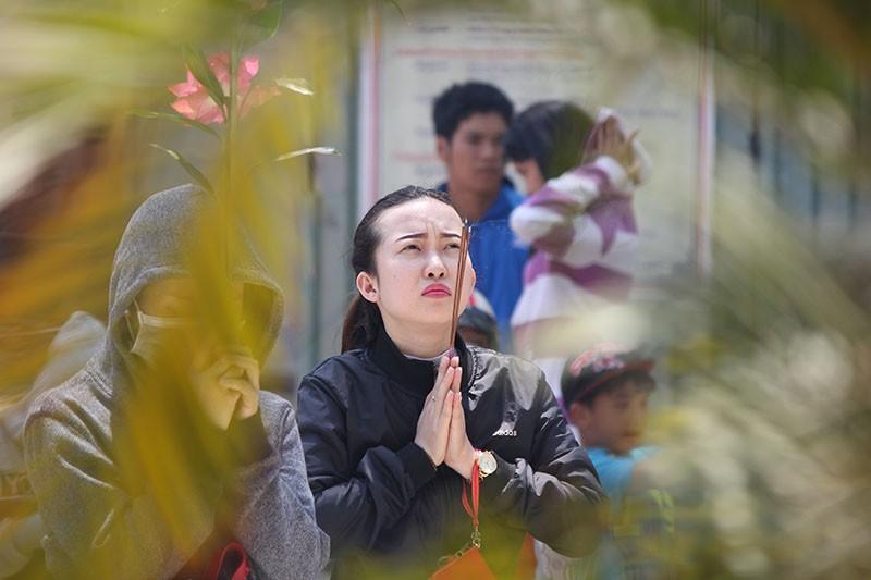 Ngắm những bóng hồng đội nắng lên chùa cúng rằm tháng Giêng - ảnh 10