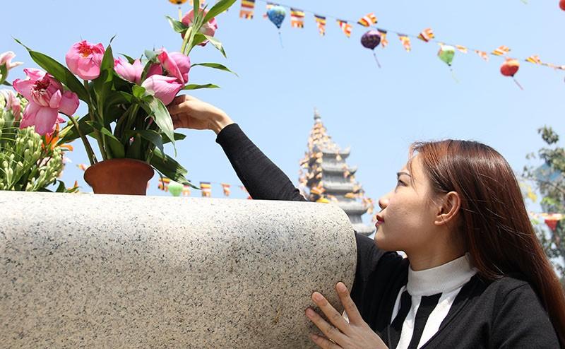 Ngắm những bóng hồng đội nắng lên chùa cúng rằm tháng Giêng - ảnh 4