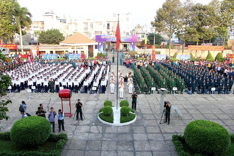 Hàng ngàn thanh niên TP.HCM lên đường tòng quân - ảnh 1