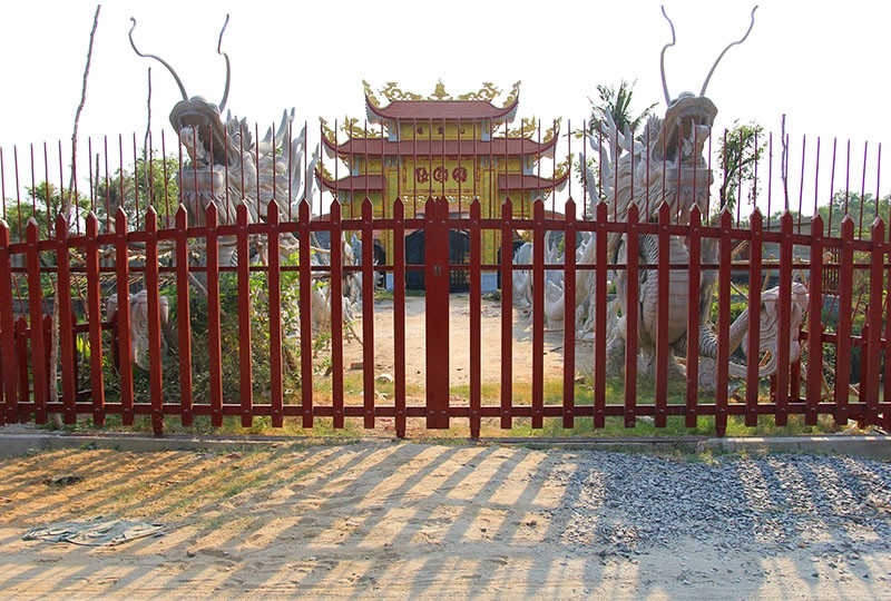 Công trình nhà thờ tổ của Hoài Linh đóng cửa im lìm - ảnh 2