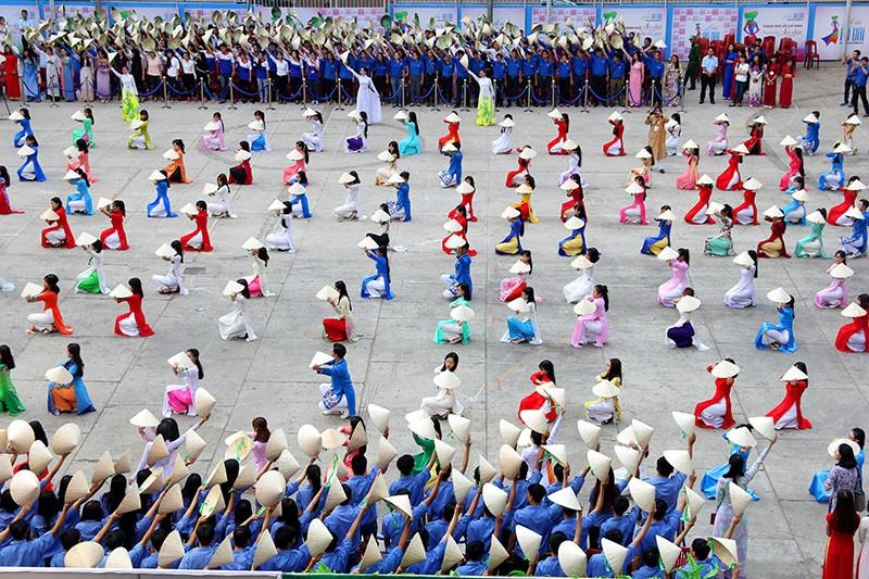 Hơn 1.000 người đẹp khoe dáng trong tà áo dài - ảnh 9