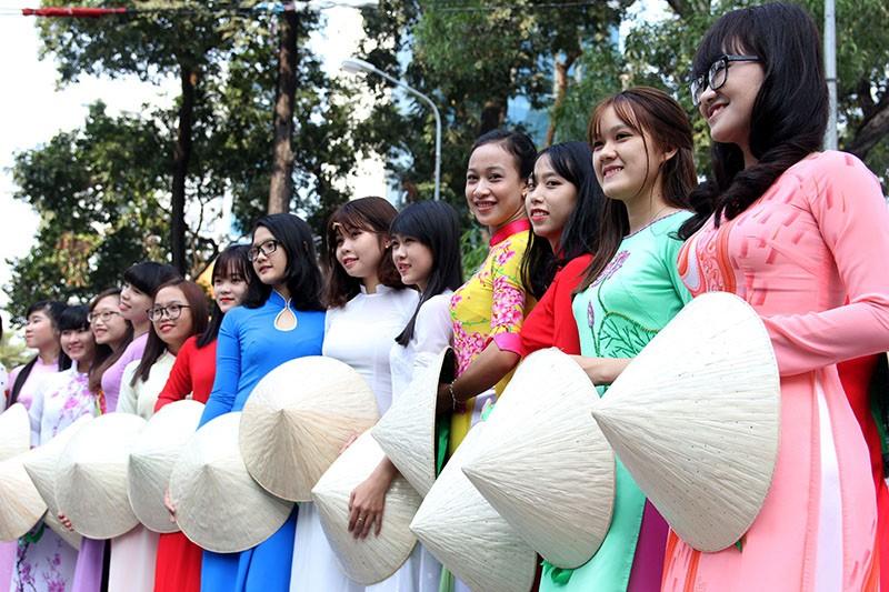 Hơn 1.000 người đẹp khoe dáng trong tà áo dài - ảnh 8