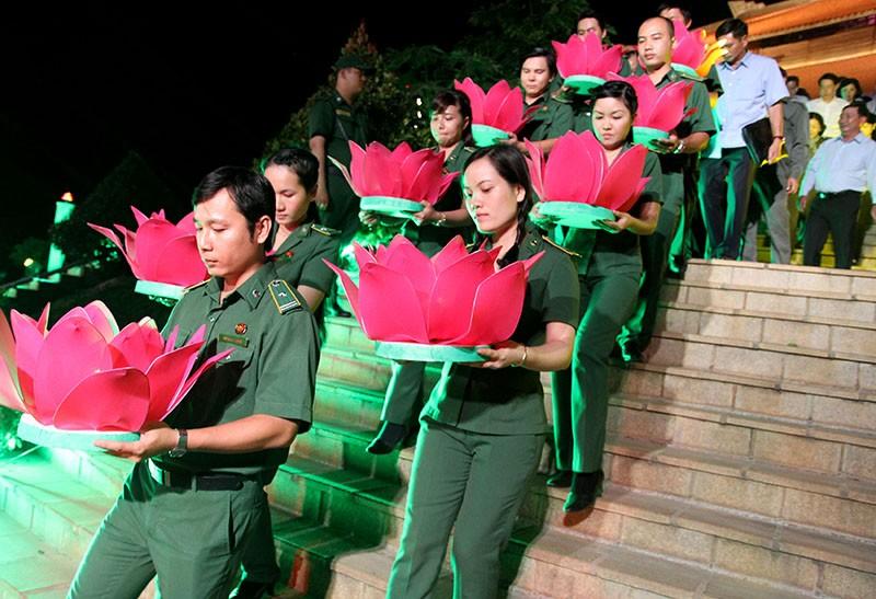 Ông Lê Thanh Hải cùng lãnh đạo TP.HCM dâng hương các liệt sĩ thanh niên xung phong - ảnh 5
