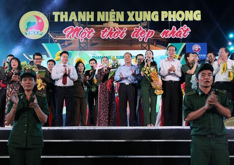 Nguyên Bí thư Thành ủy Lê Thanh Hải cùng hát với thanh niên xung phong - ảnh 1