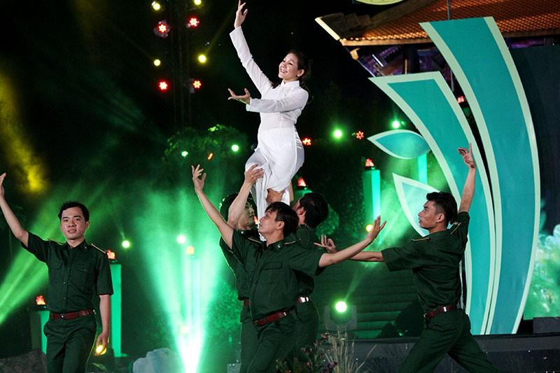 Nguyên Bí thư Thành ủy Lê Thanh Hải cùng hát với thanh niên xung phong - ảnh 15