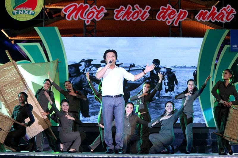 Nguyên Bí thư Thành ủy Lê Thanh Hải cùng hát với thanh niên xung phong - ảnh 12