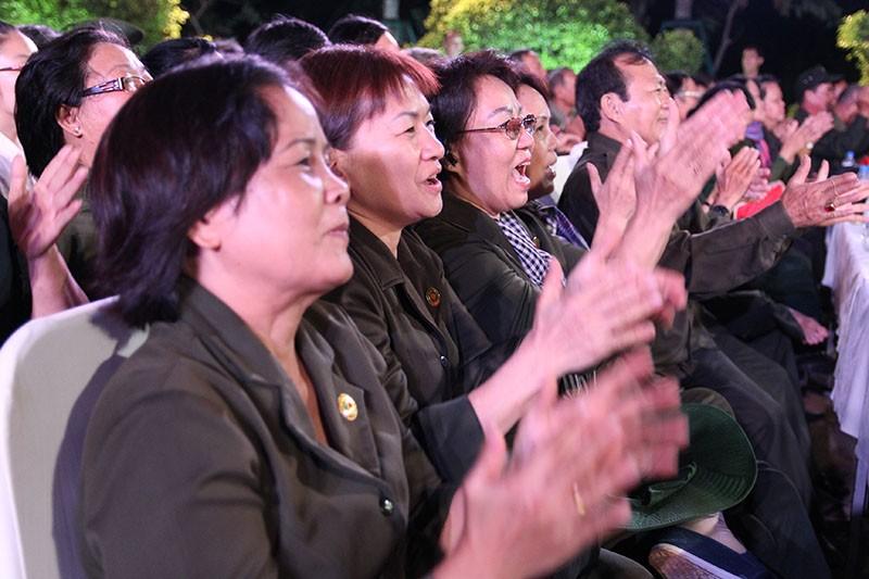 Nguyên Bí thư Thành ủy Lê Thanh Hải cùng hát với thanh niên xung phong - ảnh 6