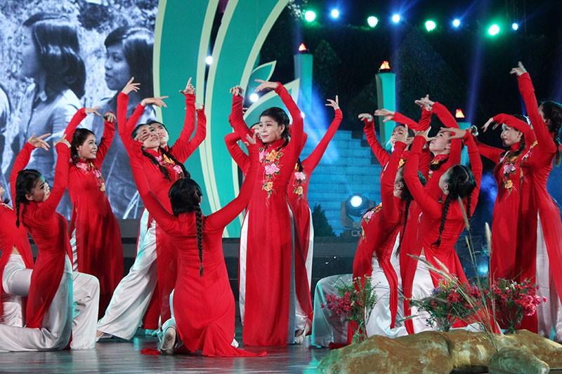 Nguyên Bí thư Thành ủy Lê Thanh Hải cùng hát với thanh niên xung phong - ảnh 16