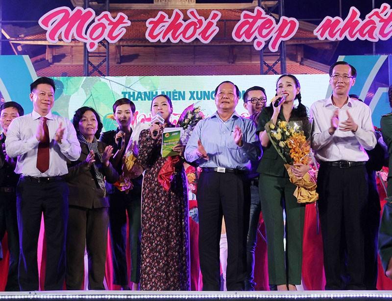 Nguyên Bí thư Thành ủy Lê Thanh Hải cùng hát với thanh niên xung phong - ảnh 2