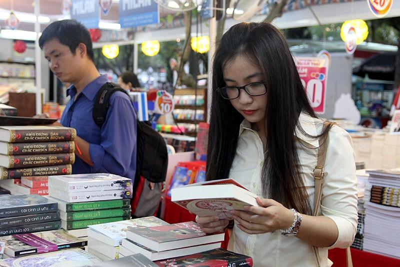 Độc giả chen nhau tham dự Hội sách TP.HCM 2016 - ảnh 10