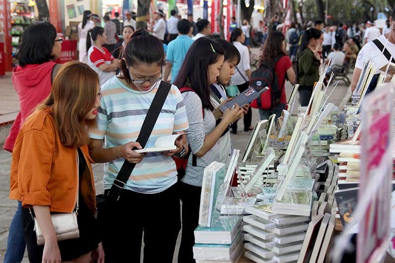 Độc giả chen nhau tham dự Hội sách TP.HCM 2016 - ảnh 11