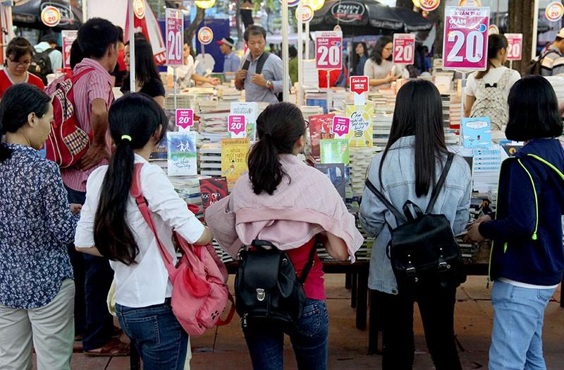 Độc giả chen nhau tham dự Hội sách TP.HCM 2016 - ảnh 12