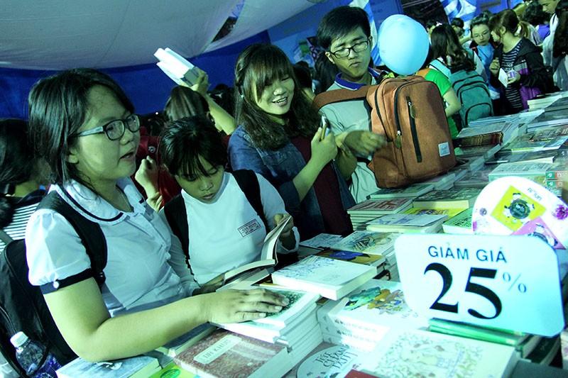 Độc giả chen nhau tham dự Hội sách TP.HCM 2016 - ảnh 5
