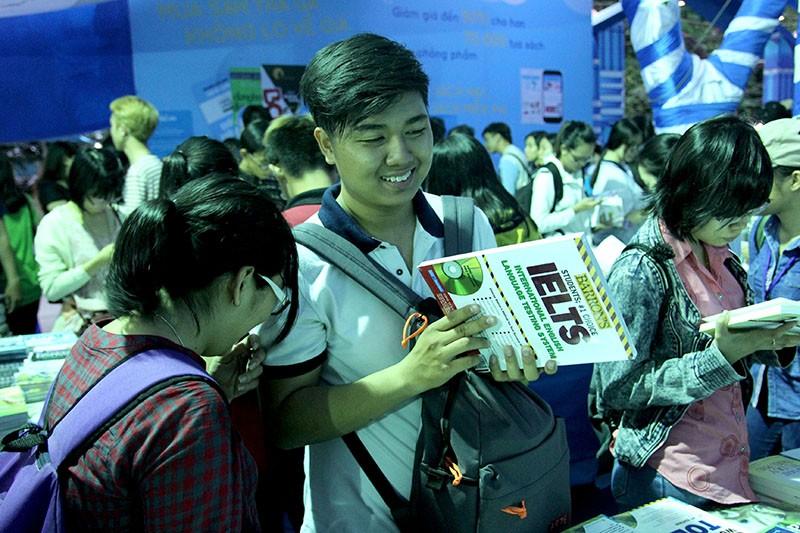 Độc giả chen nhau tham dự Hội sách TP.HCM 2016 - ảnh 8