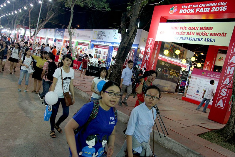 Độc giả chen nhau tham dự Hội sách TP.HCM 2016 - ảnh 14