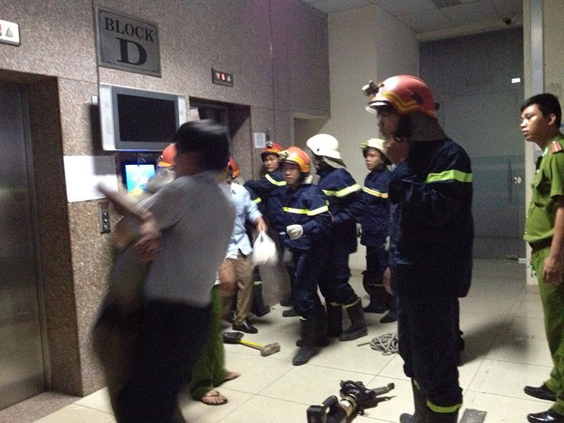 Hơn 10 người kêu cứu trong thang máy bị kẹt ở chung cư - ảnh 1