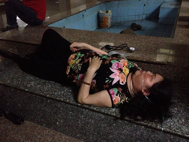 Hơn 10 người kêu cứu trong thang máy bị kẹt ở chung cư - ảnh 2