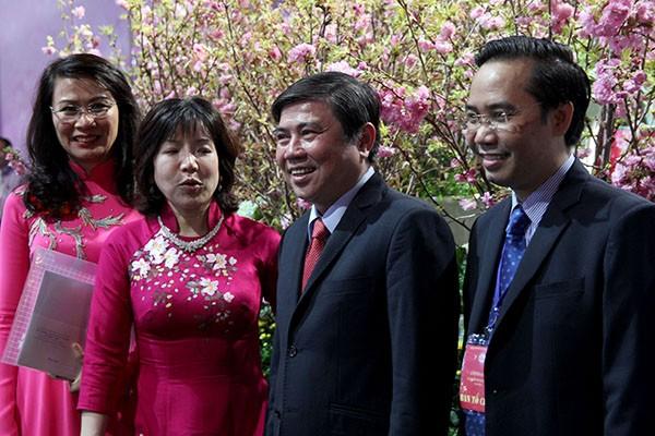 Bí thư Đinh La Thăng chụp ảnh với dân bên hoa anh đào - ảnh 4