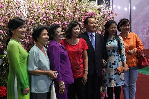 Bí thư Đinh La Thăng chụp ảnh với dân bên hoa anh đào - ảnh 6