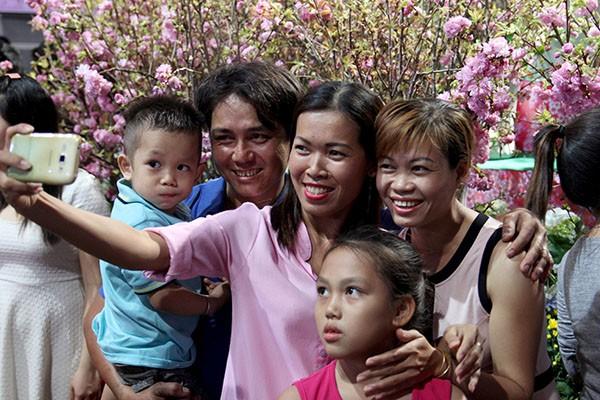 Bí thư Đinh La Thăng chụp ảnh với dân bên hoa anh đào - ảnh 9
