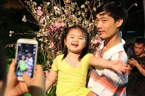 Bí thư Đinh La Thăng chụp ảnh với dân bên hoa anh đào - ảnh 11