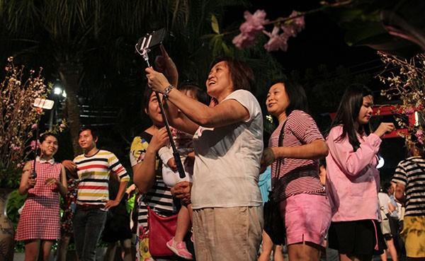 Bí thư Đinh La Thăng chụp ảnh với dân bên hoa anh đào - ảnh 10