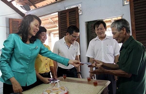 Báo Pháp Luật TP.HCM trao 200 phần quà cho người nghèo Nhà Bè - ảnh 13